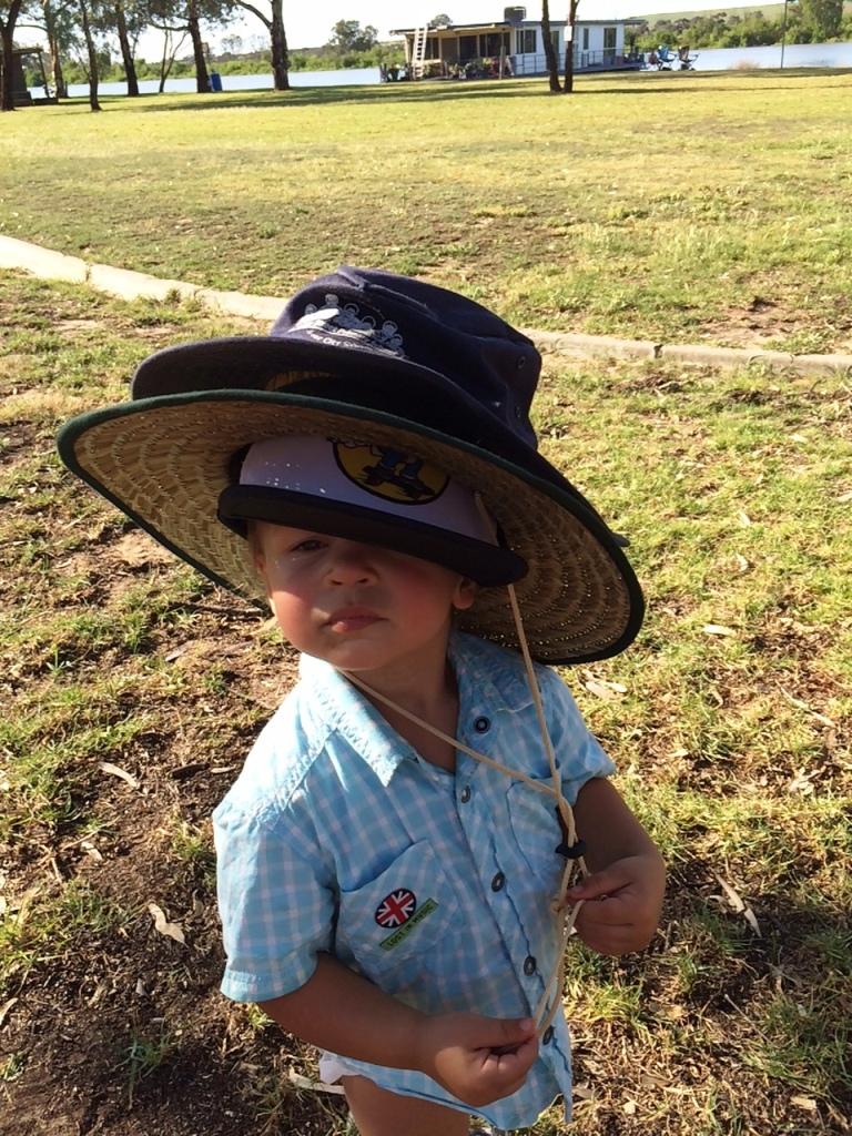 Anya, most már kimehetek a Napra? Ennyi kalap elég lesz? - kisDani