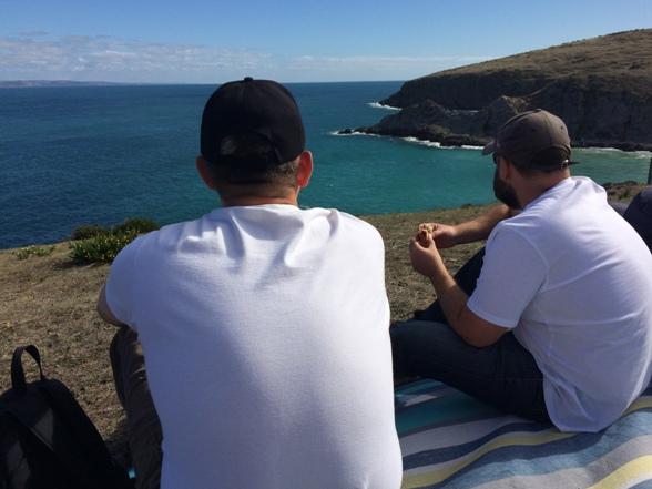 Tamás és Papi, sajnos a képen nem látszik, de kettőjük között lent az öbölben voltak a delfinek