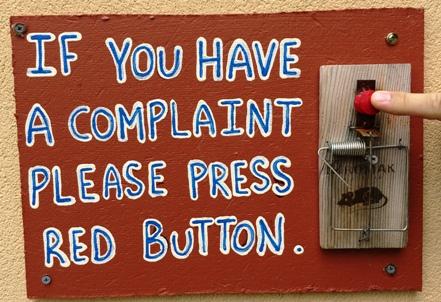 Ha bármiféle panaszod van - a bloggal kapcsolatban -, akkor nyomd meg a piros gombot.