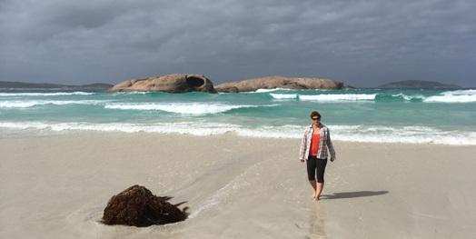 Twilight Beach, háttérben a lyukas szikla