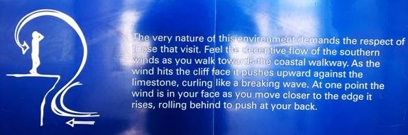 """A """"gonosz"""" szél. Állítólag a sziklának ütköző szél felcsapódik, mint egy hullám. Ha kiállunk a szikla szélére érezzük az arcunkon a felcsapó szelet. Ha elkezdünk előre araszolni a szélhullám mögénk kerül és hátulról lök meg. Kiszámíthatatlan. Ezért is nem ajánlatos egészen a szélére menni. A sziklaperem amúgy is olyan, mint egy erkély, túllóg és nem tudhatjuk mennyire stabil. Na itt nem volt sziklaszélre kiülés és láblógatás!"""