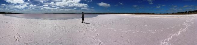 """Útközben kötelező megálló a Lochiel-i sóstó. Most először láttunk """"só-csillagot"""". :o)"""