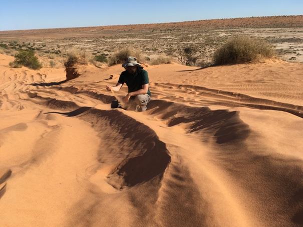 Ennyire mély a homok a dűne csúcsa előtt 2-3 méterrel