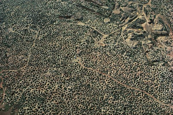 White Cliffs felülről (forrás: internet). Az a sok lyuk mind egy-egy opál bánya.