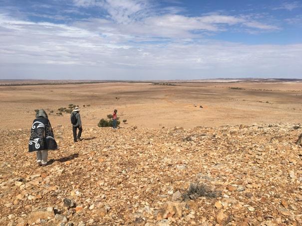 Gyaloglás lefele a kőhalomtól. A távolban középen jobbra az a két légypiszok Tehén és Junior.